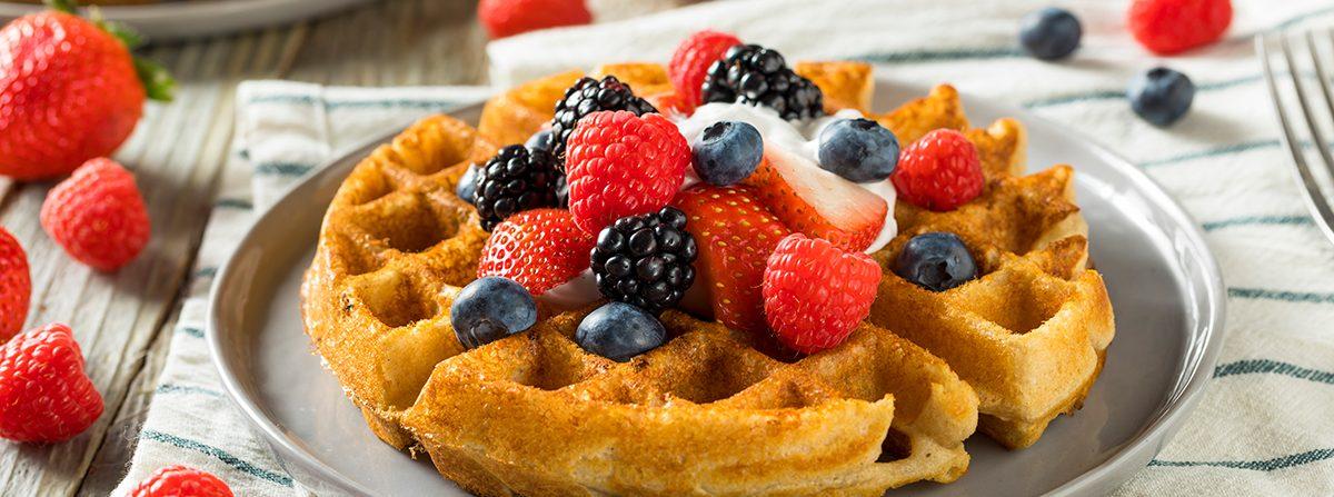Waffle con composta di frutta rossa e crema al limone